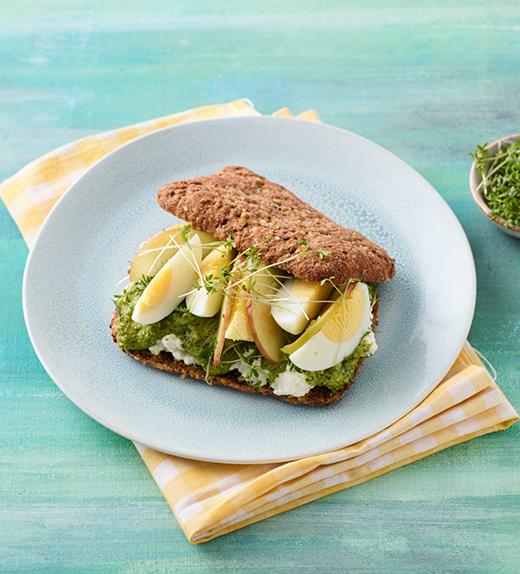 Fitness-Sandwich mit Basilikum-Hanf-Pesto und Ei